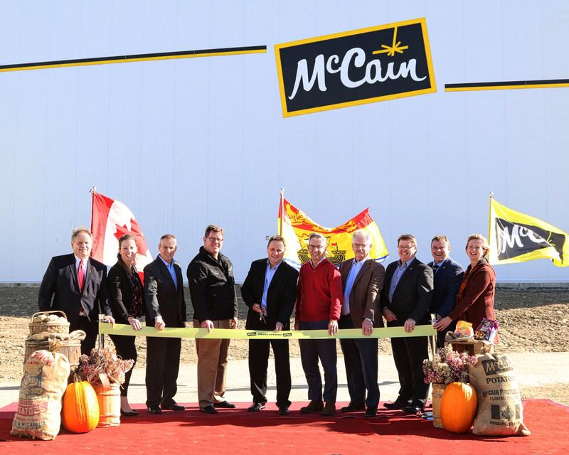 McCain Foods marque son 60e anniversaire avec l'inauguration d'un nouvel agrandissement de la chaîne de production de 65 M$ à Florenceville, N.-B. De gauche à droite : l'hon. Andrew Harvey, ministre de l'Agriculture, des Mines et des Affaires rurales du Nouveau-Brunswick; Andrea Davis, directrice des relations gouvernementales et publiques pour McCain Foods Canada; Shai Altman, président de McCain Foods Canada; Jeff DeLapp, président régional de McCain Foods limitée pour l'Amérique du Nord; Marc Kilfoil, manager d'usine de McCain Foods Canada, Allison McCain, président de McCain Foods limitée; Dale McCarthy, vice-président des chaînes d'approvisionnement intégrées de McCain Foods limitée; Germain Pinette, directeur de la fabrication de McCain Foods Canada;; TJ Harvey, député de Tobique-Mactaquac; Nancy Whyte-McCauley, adjointe au maire de Florenceville-Bristol. (Groupe CNW/McCain Foods (Canada))