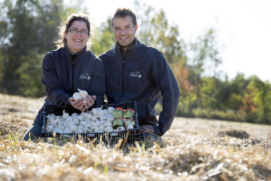 Les lauréats du Prix de la relève agricole 2017, Mme Marie-Pierre Dubeau et M. Sébastien Grandmont de l'entreprise Le Petit Mas, située à Martinville dans la région de l'Estrie. (Groupe CNW/Cabinet du ministre de l'Agriculture, des Pêcheries et de l'Alimentation)