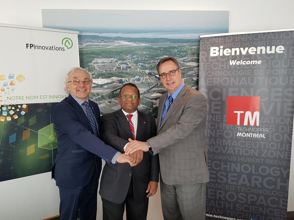 De gauche à droite : M. Pierre Lapointe, président et chef de la direction de FPInnovations; Le maire de l'Arrondissement Saint-Laurent, M. Alan DeSousa; M. Mario Monette, président-directeur général de Technoparc Montréal (Groupe CNW/Technoparc Montréal)