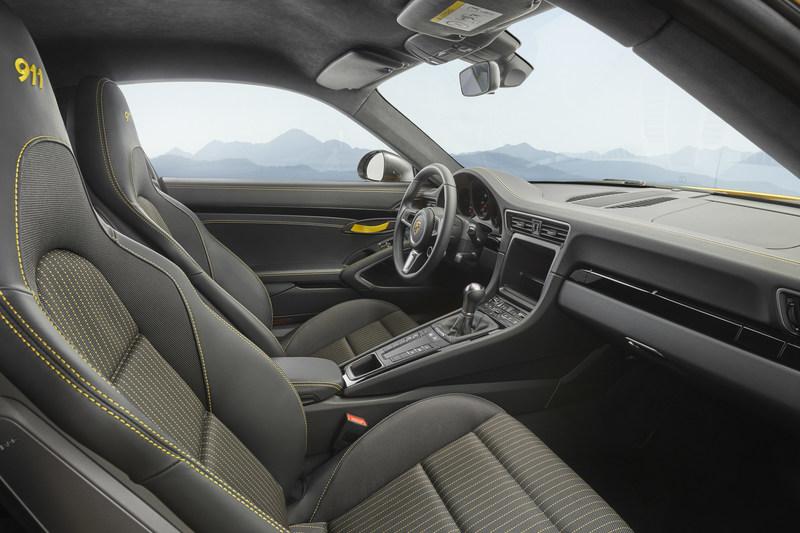 Avec la 911 Carrera T, Porsche fait revivre le concept puriste de la 911 T 1968 : plus légère, rapports de transmission plus courts de la boîte manuelle et propulsion avec différentiel arrière à blocage mécanique qui bonifient les performances et intensifient le plaisir de conduite. (Groupe CNW/Automobiles Porsche Canada)