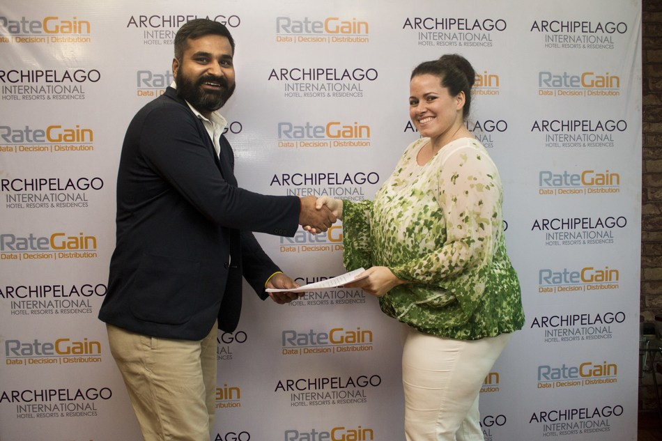 Ms. Tenaiya Brookfield Group Vice President Archipelago with Ankur Yadav Senior Manager RateGain  on contract signing ceremony (PRNewsfoto/RateGain)