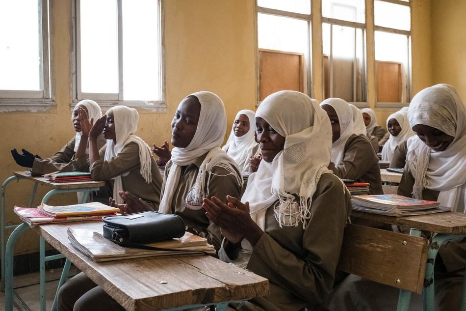 De jeunes étudiantes discutent du mariage des enfants au Collège King Faysal, N'Djamena, Tchad. © UNICEF/UN060700/Sokhin (Groupe CNW/UNICEF Canada)