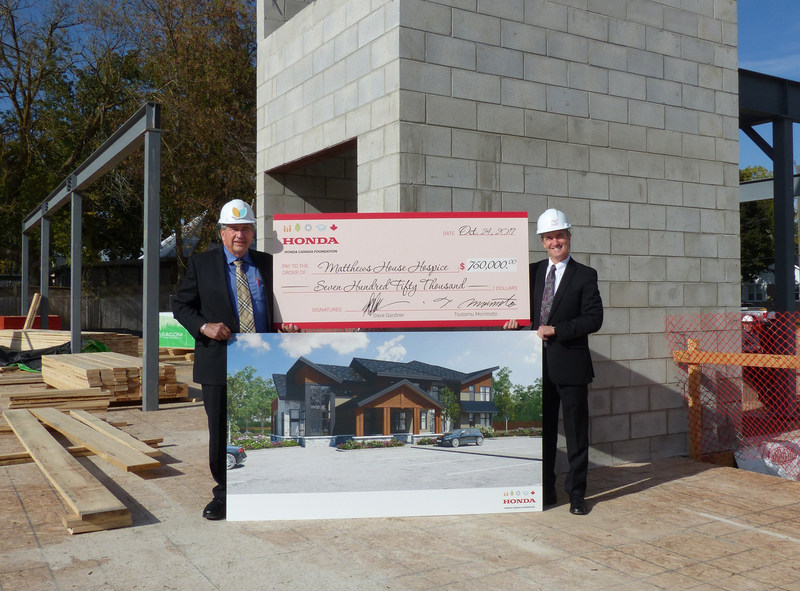Bill Easdale (right), Senior Vice President, Honda of Canada Mfg. and Vice Chair of the Honda Canada Foundation, presents a cheque on behalf of the Foundation to Marv Chantler, Vice President, Fundraising, Matthews House Hospice, in support of a new 10-bed facility, which will provide additional hospice services for families in the Alliston, Ontario, community. (CNW Group/Honda Canada Inc.)