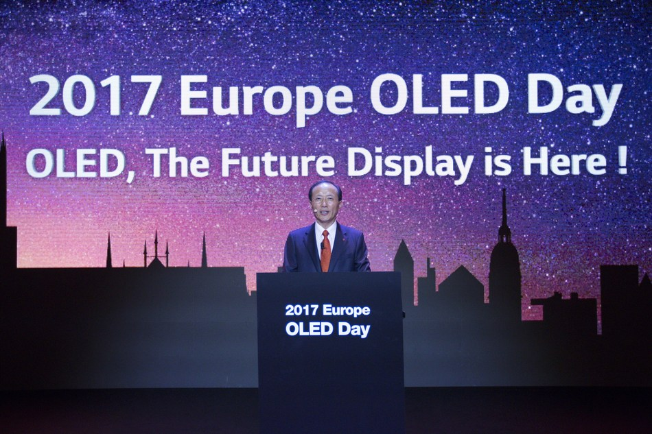 """Sang-Deog Yeo, Chief Marketing Officer of LG Display, is unveiling the company's strategic plan with OLED technology at """"EUROPE OLED DAY"""" symposium held in Munich, Germany"""