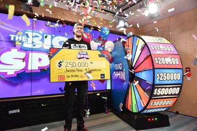 Justin Hogg, de Cambridge, célèbre après avoir fait tourner la roue THE BIG SPIN au Centre des prix OLG de Toronto et remporté 250 000 $. M. Hogg a remporté un gros lot au tout nouveau jeu INSTANT d'OLG, THE BIG SPIN. (Groupe CNW/OLG Winners)