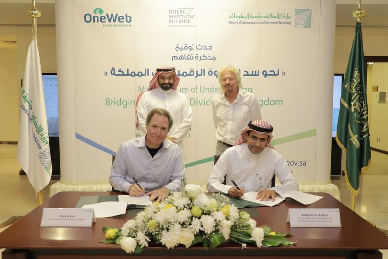 De gauche à droite : Greg Wyler, S.E. le ministre Abdulla Al-Sawaha, ing, Sir Richard Branson, Abdullah Al-Kanhal ing, lors de la cérémonie de signature du protocole d'entre entre OneWeb et le ministère des Communications et des Technologies de l'Information le 26 octobre 2017 (PRNewsfoto/OneWeb)