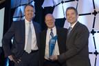 Lyell Farquharson (vice-président, Ventes et distribution) et Robert Dungan (directeur, Développement commercial) entourant le lauréat du prix Meilleure croissance consolidée, représentant Huntington Travel (Groupe CNW/WestJet)