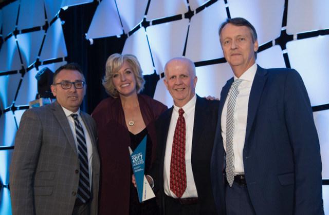 Jane Clementino (directrice des ventes aux agences) et Lyell Farquharson avec les lauréats du prix WestJet, meilleure croissance des ventes PLUS, représentant American Express Global Business Travel (Groupe CNW/WestJet)