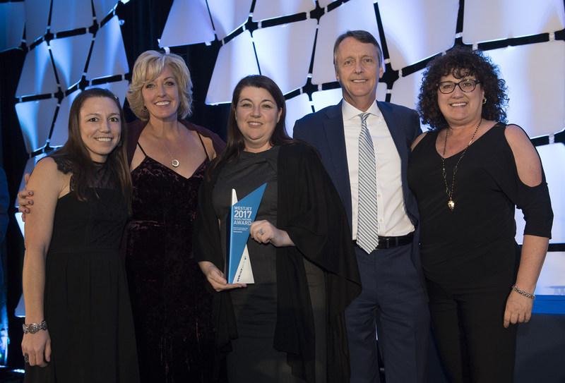 Jane Clementino et Lyell Farquharson aux côtés des gagnantes du prix Vacances WestJet, meilleure croissance du nombre d'invités, représentant TravelSavers (Groupe CNW/WestJet)