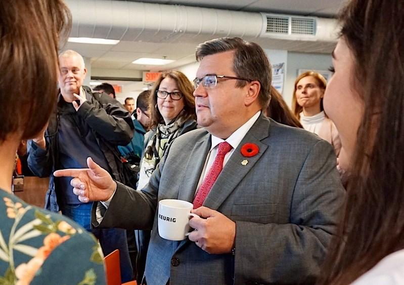 Le maire sortant Denis Coderre était de passage à l'usine de Keurig Canada aujourd'hui pour rencontrer les employés (Groupe CNW/Keurig Canada)