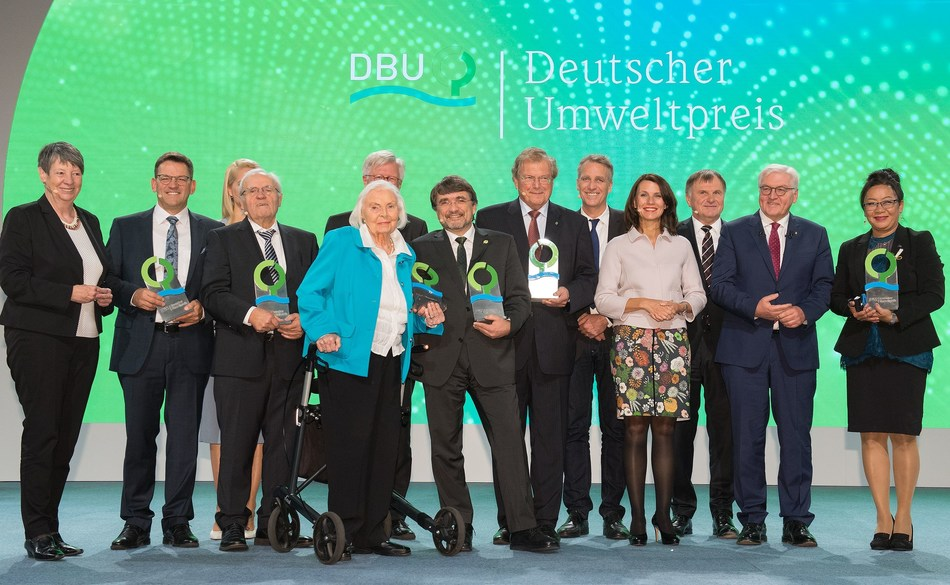 Highest-endowed European Environmental Prize presented today in Braunschweig by German President: Hendricks, Oswald, Rakers, Oswald, Sielmann, Bedford-Strohm, Frobel, Weiger, Wenzel, Schwarzelühr-Sutter, Wahmhoff, Steinmeier und de Brum. (PRNewsfoto/Deutsche Bundesstiftung Umwelt)