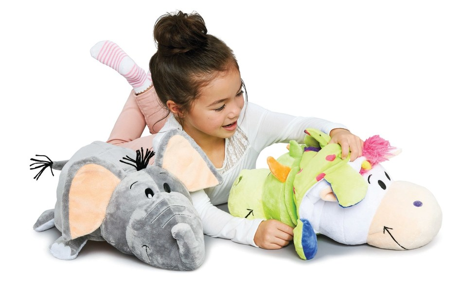 Child playing with a FlipaZoo plush toy, one of the top toys for 2017 from the Walmart Toy Academy. Source: Walmart Canada (CNW Group/Walmart Canada)