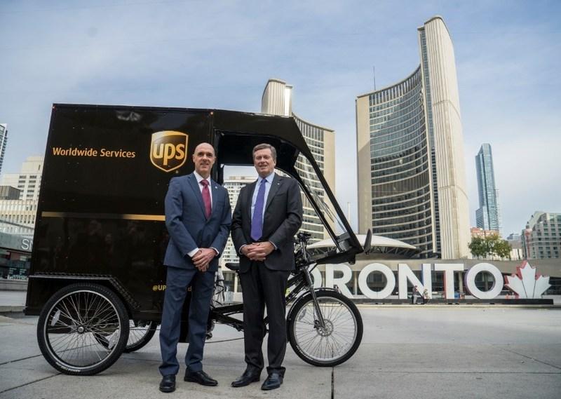 Le maire de Toronto John Tory et le président d'UPS Canada, Christoph Atz sont photographiés lors du lancement du vélo-cargo d'UPS devant l'hôtel de ville de Toronto. (De gauche à droite : Christoph Atz, président d'UPS Canada, et John Tory, maire de Toronto.) (Groupe CNW/UPS Canada Ltee.)