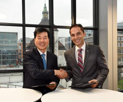 Tae-Han Kim, presidente e CEO da Samsung BioLogics, à esquerda, e Udit Batra, membro do conselho de administração da Merck e CEO da divisão de Ciências da Vida, à direita, assinam o Memorando de Entendimento para uma aliança estratégica para a fabricação de produtos biofarmacêuticos e desenvolvimento de processo biológico