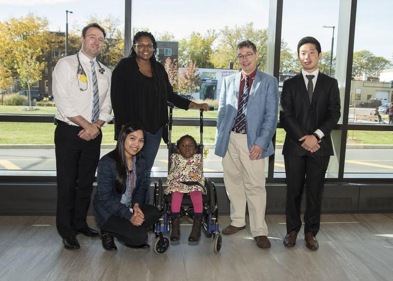 De gauche à droite : Dr Philippe Campeau, Madame Fraser, Dr Dieter Reinhardt, Chae Syng (Jason) Lee, Nissan Baratang et la petite Amaya (Groupe CNW/Hôpital Shriners pour enfants)