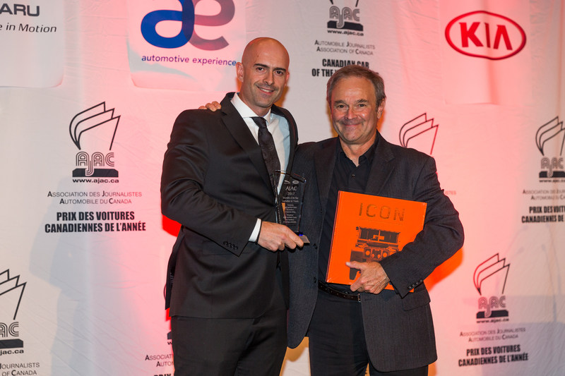 Jaguar Land Rover representative John Lindo (left) awards journalist Marc Lachapelle (right) with the AJAC Journalist of the Year award. Photo: Jordan Lenssen/AJAC (CNW Group/Automobile Journalists Association of Canada)