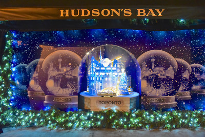 HUDSON'S BAY HOLIDAY WINDOWS 2017: Christmas in the City: Starry holiday scene is set against Toronto landmarks (CNW Group/Hudson's Bay)