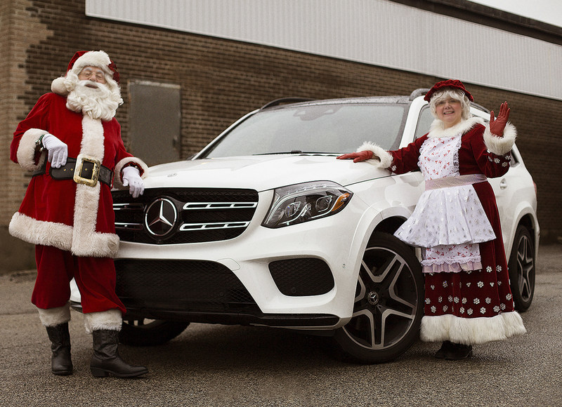 "Mercedes-Benz vehicles will play reindeer at the Toronto Santa Claus Parade on Sunday, November 19. Mercedes-Benz Canada will provide the Santa Claus Parade with a fleet of 30 grey, silver and – most fitting – ""Polar White"" GLE and GLS SUVs to pull the parade's festive floats along the route. (CNW Group/Mercedes-Benz Canada Inc.)"