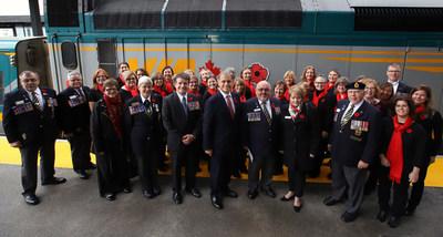 Ce matin à la gare VIA Rail d'Ottawa, le président national de la Légion royale canadienne, David Flannigan, ainsi que le président et chef de la direction de VIA Rail, Yves Desjardins-Siciliano, ont lancé la Campagne nationale du Coquelicot à bord des trains qui est à sa quatrième édition. (Groupe CNW/VIA Rail Canada Inc.)