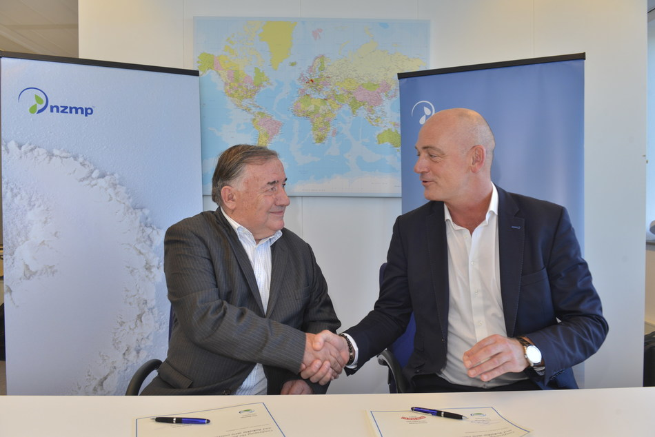 Antanas Trumpa and Theo Spierings signing agreement between Rokiskio and Fonterra. (PRNewsfoto/Fonterra)