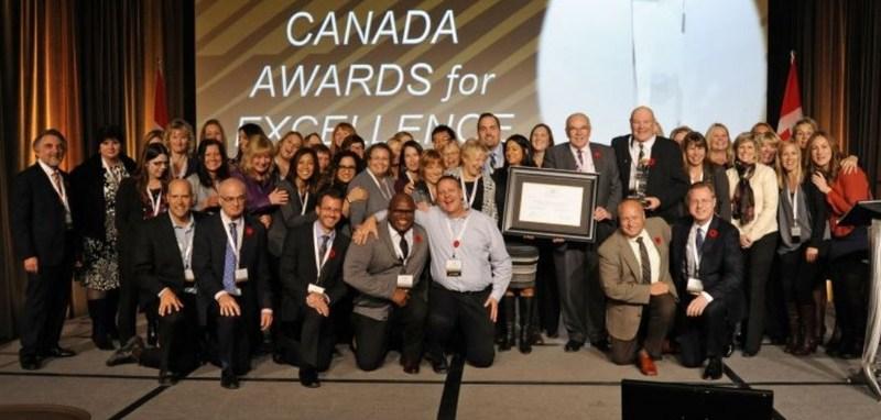 Équipe de collègues recevant le Prix de Canada pour l'excellence (Groupe CNW/Excellence Canada)