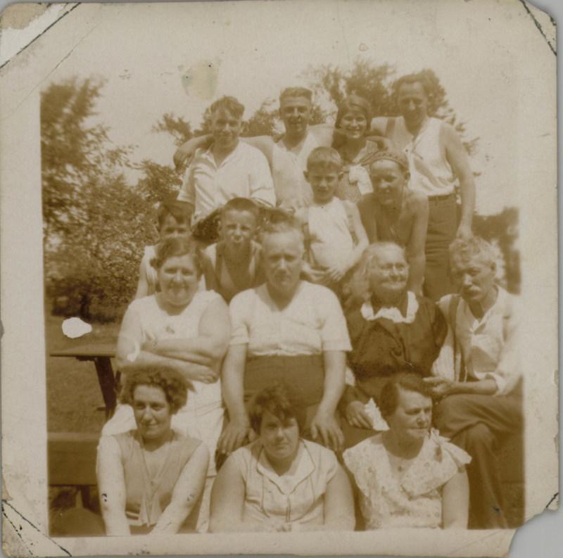 Famille Abraham, vers 1945. BAnQ Gatineau, fonds Dora Banks-Abraham. Photographe non identifié. (Groupe CNW/Bibliothèque et Archives nationales du Québec)