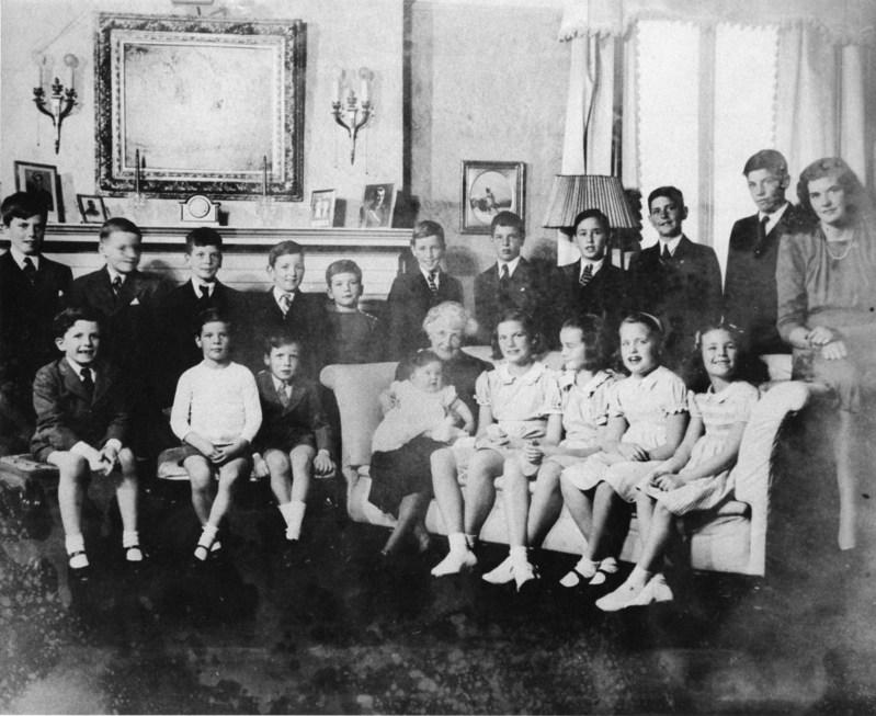 Famille Price à Noël 1940; 19 des 20 petits-enfants de William Price et de Blanche Smith. BAnQ Saguenay. Photographe non identifié. (Groupe CNW/Bibliothèque et Archives nationales du Québec)