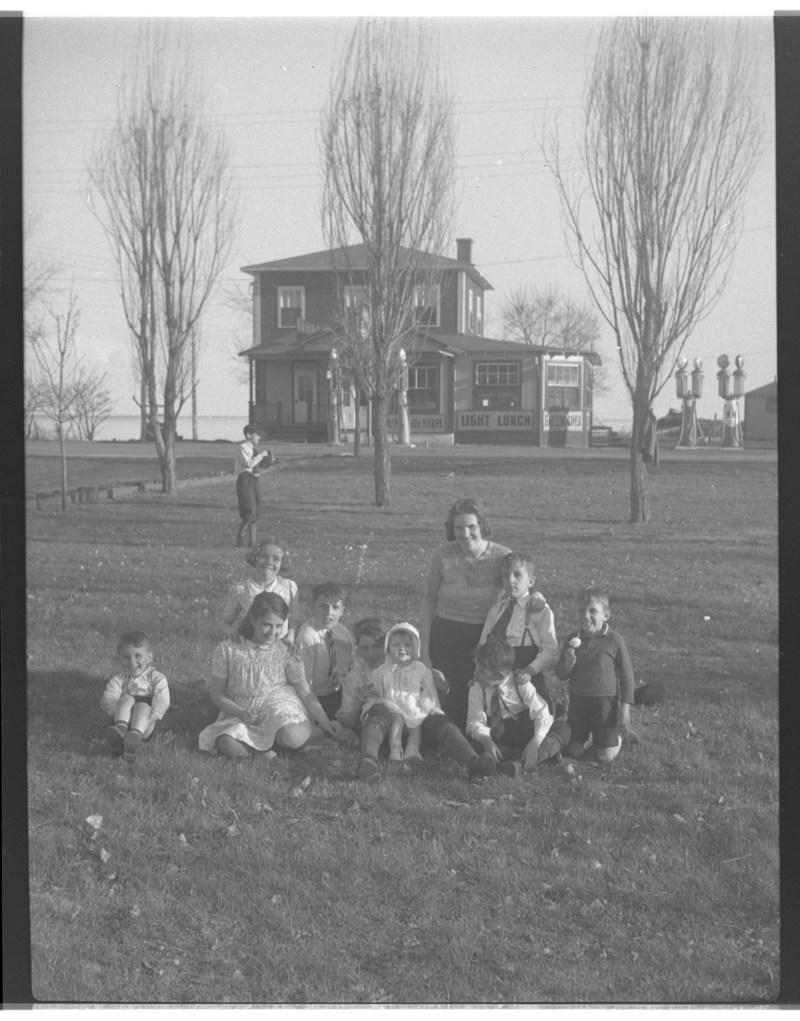 Une femme et des enfants (possiblement la famille Rousseau) à la plage à la Pointe-du-Lac, 1939. BAnQ Trois-Rivières, fonds Anaïs Allard-Rousseau. Photographe non identifié. (Groupe CNW/Bibliothèque et Archives nationales du Québec)