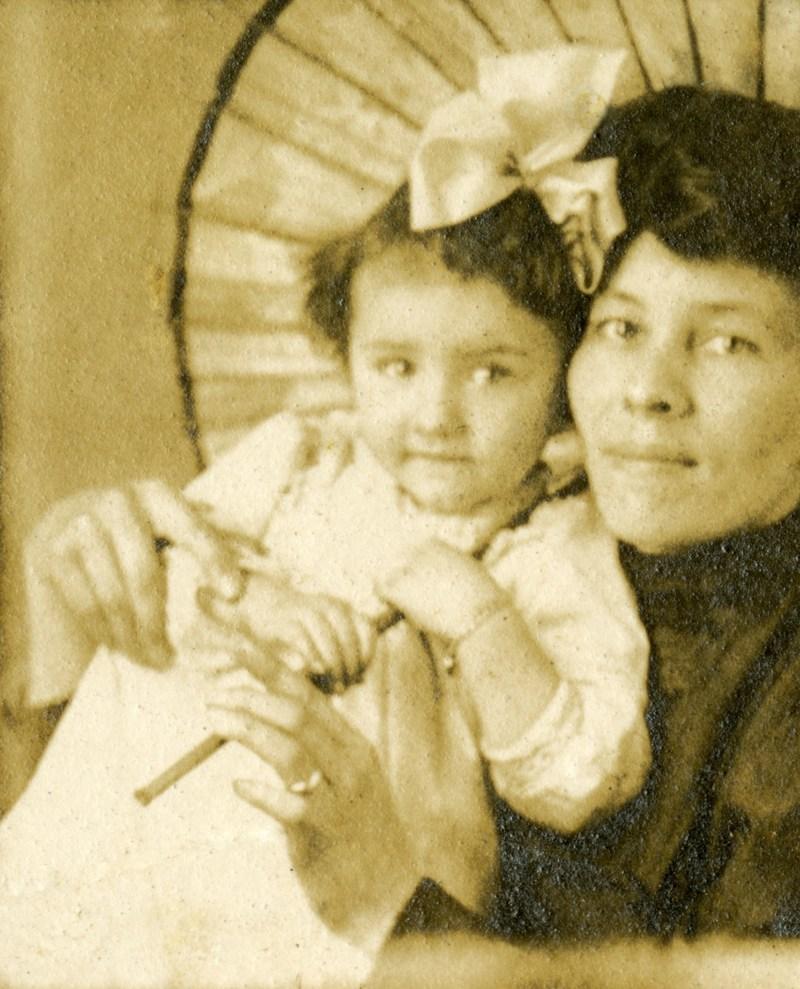 Jannette Lacharité et sa mère Marie Fortier, vers 1907. BAnQ Sherbrooke, fonds Sylvio Lacharité. Photographe non identifié. (Groupe CNW/Bibliothèque et Archives nationales du Québec)