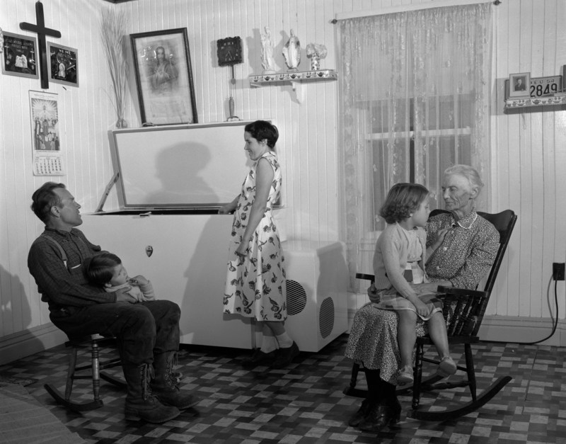 Dans la cuisine chez Philias Bouchard à Sacré-Coeur, comté de Saguenay, 1954. BAnQ Québec. Photo : Omer Beaudoin. (Groupe CNW/Bibliothèque et Archives nationales du Québec)