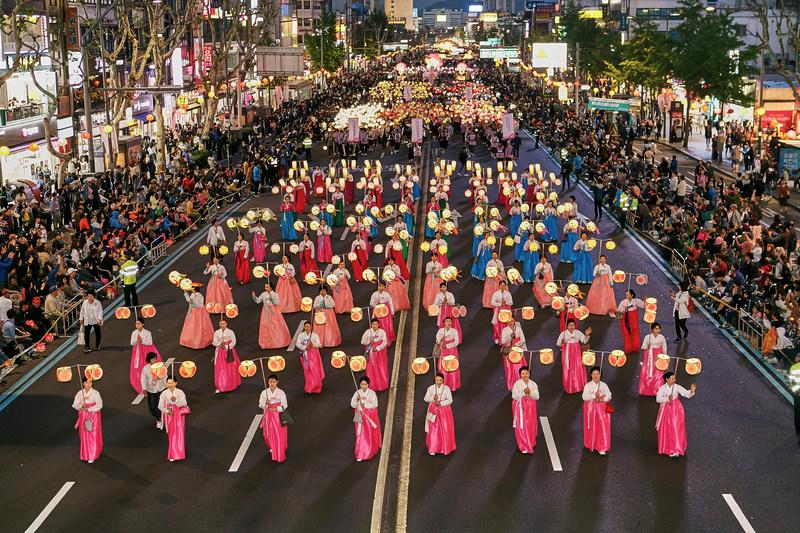 La parade du festival des lanternes de lotus (Yeon Deung Hoe)