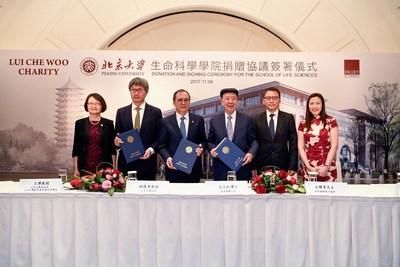 (de droite à gauche) Vicky Lee, chef de la direction (Family Charity) de Lui Che Woo Management Limited ; Alexander Lui, directeur général de K. Wah International Holdings Limited ; Dr Lui Che-woo, président du K. Wah Group et directeur de Lui Che Woo Charity ; Professeur Lin Jian-hua, président de l'université de Pékin ; Professeur Wang Bo, vice-président de l'université de Pékin, vice-président de la Fondation pour l'éducation de l'université de Pékin ; Professeur Wu Hong, doyen de l'école des sciences de la vie (PRNewsfoto/K. Wah Group)