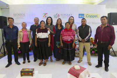 Rocio Guerrero, Gerente de Mercadotecnia y Comunicación de Coppel y la Mtra. Liliana Romero, Directora de FONART, con algunos de los artesanos beneficiados con esta compra.