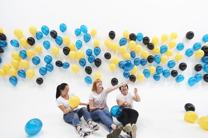 """To celebrate the arrival of the new smart fortwo electric drive in Canada, Mercedes-Benz Canada made history in an unexpected way. The small vehicle now holds a big title: a new GUINNESS WORLD RECORDS title for the """"Most Balloons Suspended by Static Electricity."""" (CNW Group/Mercedes-Benz Canada Inc.)"""