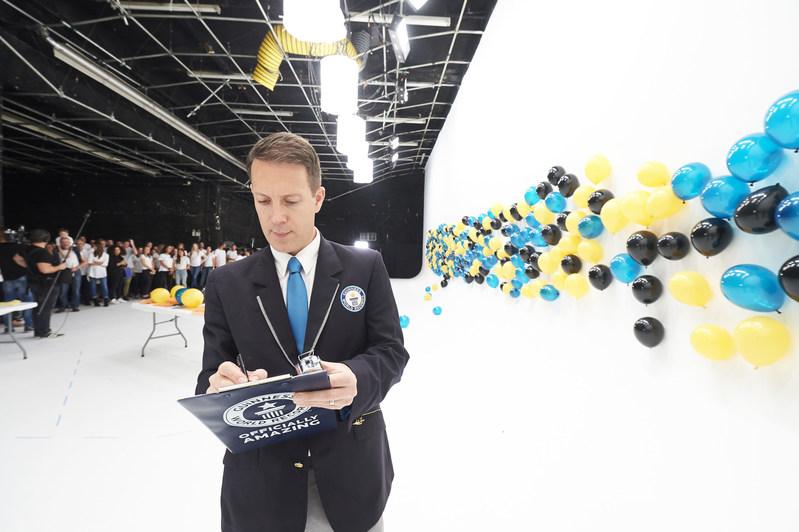 Pour célébrer l'arrivée de la nouvelle smart fortwo electric drive au Canada, Mercedes-Benz Canada est entrée dans l'histoire de façon inattendue. Le petit véhicule détient maintenant un grand titre : un nouveau record dans les GUINNESS WORLD RECORDS pour « le plus de ballons suspendus par l'électricité statique ». Juge des Guinness World Records, Philip Robertson, a évalué l'exploit. (Groupe CNW/Mercedes-Benz Canada Inc.)