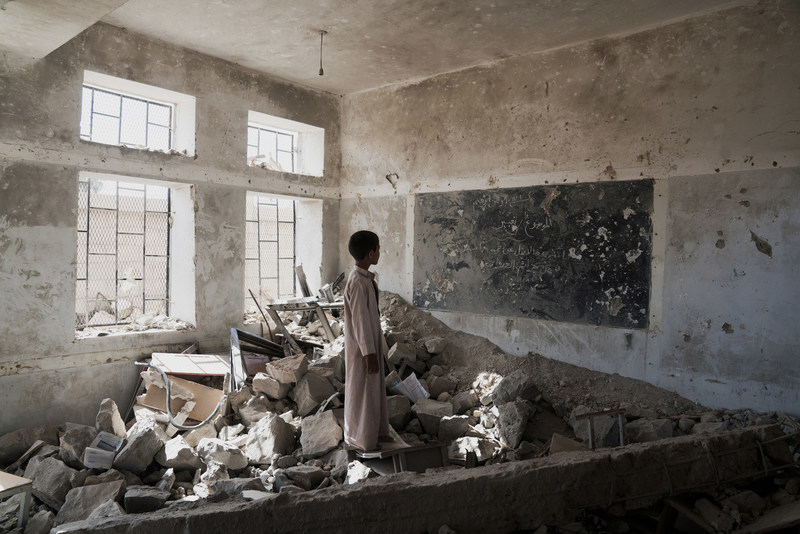 Un étudiant se tient dans les ruines de son ancienne salle de classe, détruite en juin 2015, à l'école Aal Okab à Saada, dans le gouvernorat de Saada, au Yémen. (Groupe CNW/UNICEF Canada)