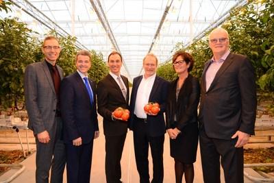 De gauche à droite : Simon Mercier (WM) Luc Ménard, (Desjardins Capital), Jacques et Réjean Demers (Productions Horticoles Demers), Murielle Joncas (Capital Financière agricole) et Normand Chouinard (Fonds de solidarité FTQ) (Groupe CNW/Fonds de solidarité FTQ)