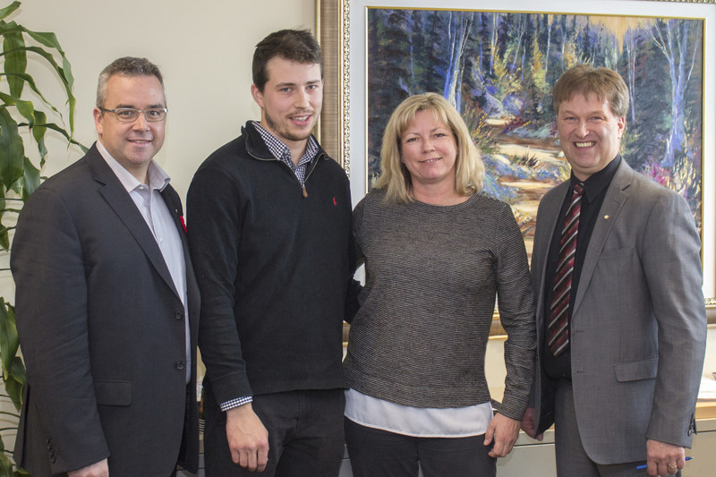 Dans l'ordre habituel : Sylvain Lapierre, 2e vice-président de la FPOQ, Samuel Lanctôt, récipiendaire 2017, Johanne Lacroix, coordonnatrice du programme de la FPOQ, et Paulin Bouchard, président de la FPOQ. (Groupe CNW/Fédération des producteurs d'oeufs du Québec)