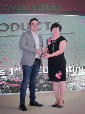 LD Products CEO Aaron Leon accepts the E-Commerce Leadership Award at the RT Media Global Imaging Awards Ceremony in Zhuhai, China.