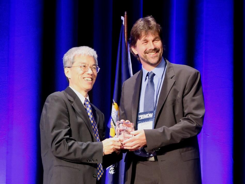 Awards Committee Chair Prof. John B. Wong (Tufts University, Boston) presents the SMDM Award for Distinguished Service to Prof. Uwe Siebert Foto Credit: Sybille Puntscher (PRNewsfoto/UMIT)
