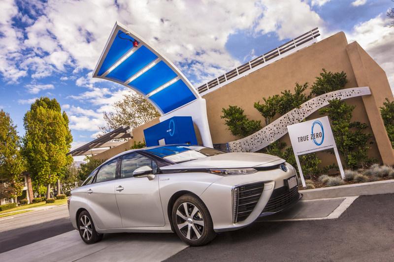 Un Toyota Mirai cargando combustible en una estación de hidrógeno de True Zero para vehículos de células de combustible en California