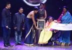 L-R: Dr Akshay Batra, Padma Shri recipient Dr Mukesh Batra, Mandira Bedi and Kim Sharma felicitating the awardee Sai Kaustuv Dasgupta (PRNewsfoto/Dr Batra's Foundation)