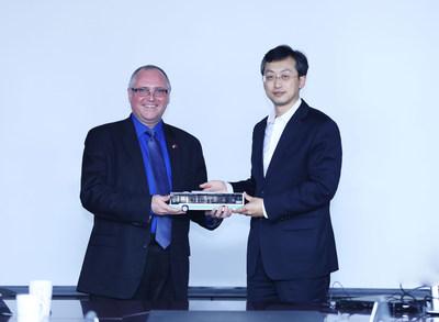 O Presidente da Foton Motor Group, Gong Yueqiong e o Presidente e CEO da TDG, Paul Doherty