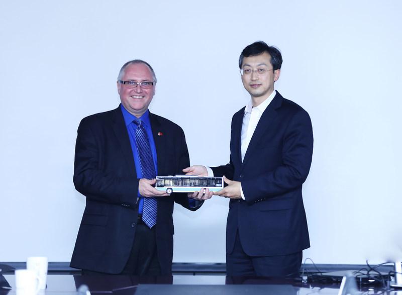 El presidente del Foton Motor Group, Gong Yueqiong, y el presidente y director ejecutivo de TDG, Paul Doherty (PRNewsfoto/Foton Motor Group)