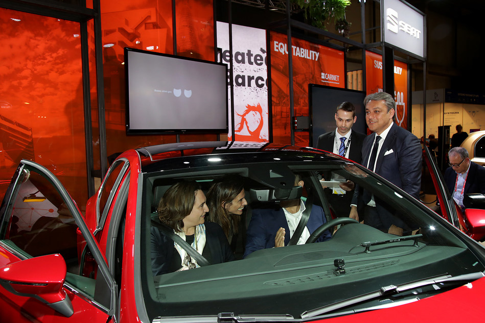 Barcelona Major Ada Colau meets the SEAT Leon Cristobal, in the presence of SEAT's president Luca de Meo. (PRNewsfoto/SEAT SA)