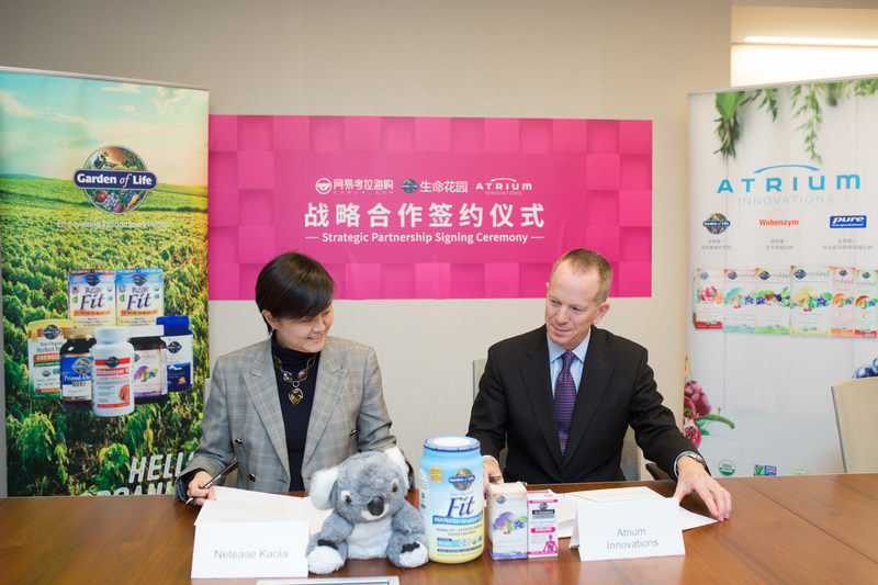 Peter Luther, CEO of Atrium Innovations (Right), and Lily Zhang, CEO of Netease Kaola (Left), during the strategic partnership signing ceremony, Oct. 25, 2017, in New York City. (Netease Kaola Photo)