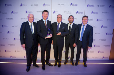The Honourable, Perrin Beatty, President and CEO of The Canadian Chamber of Commerce, with 2017 Private Business Growth Award Winner, Alroy Chan, Senior Director, Corporate Development of Rocky Mountaineer and team, alongside Kevin Ladner, Executive Partner and CEO of Grant Thornton LLP. (CNW Group/Private Business Growth Award)