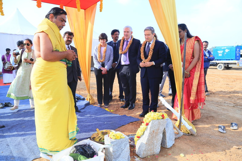 Minister Champagne carries out the traditional ground breaking for the new Magellan Aerospace (India) PVT Limited manufacturing and assembly facility in Devanahalli, India. (CNW Group/Magellan Aerospace Corporation)