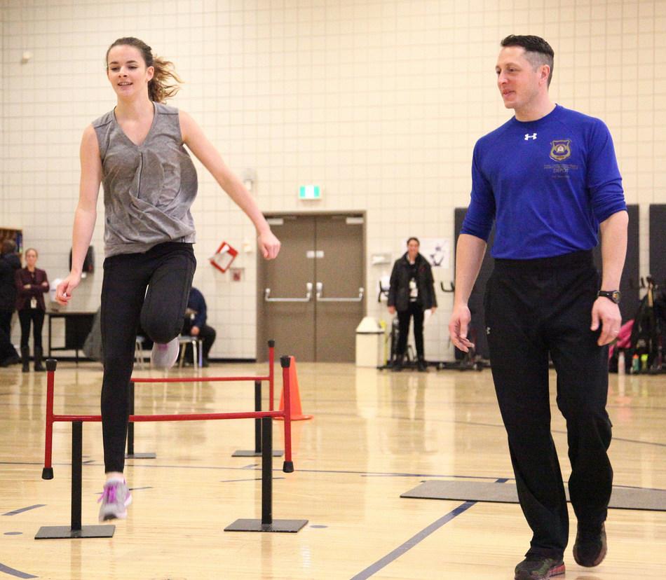 Les participants ont pu faire l'expérience de l'entraînement physique des cadets dans le cadre de leur semaine à la Division Dépôt. (Groupe CNW/Gendarmerie royale du Canada)