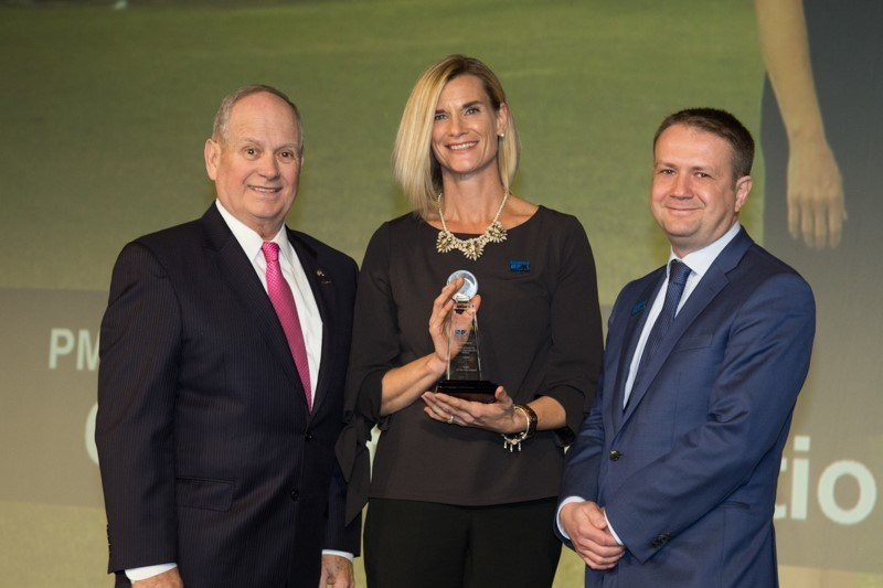 Craig Killough, PMI's Vice-President of Organization Markets, presents Carrie Fletcher, CAMH's Senior Director of Health Information Management and Enterprise Project Management Office, and Damian Jankowicz, CAMH's Vice-President, Information Management, with the PMO of the Year Award on November 8, 2017 in Houston, Texas during PMI's sixth annual PMO Symposium. (CNW Group/Centre for Addiction and Mental Health)